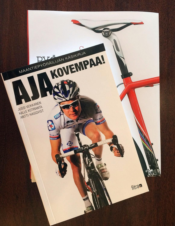 Kaksi pyöräilykirjaa, joista päällimmäisenä Veikkanen ja kumppanien teos Aja kovempaa