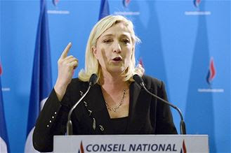 """Chômage: Marine Le Pen souligne """"la nécessité"""" d'un référendum sur l'UE"""