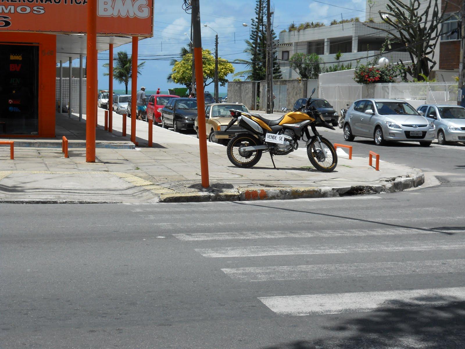 F L A G R A N T E: MOTO EM CIMA CALÇADA