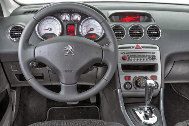 Ao trafegar por vias esburacadas    233  poss  237 vel perceber que as    Peugeot 408 2014 Interior