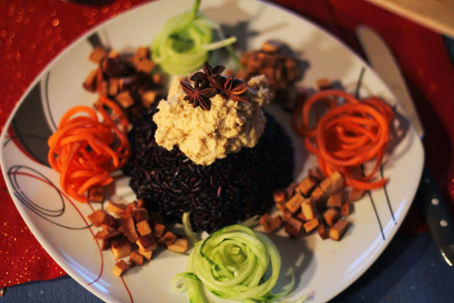 COOK WITH ME MONDAY | BLACK RICE TOPPED WITH SMOKED TOFU, HUMMUS AND RAW FOOD