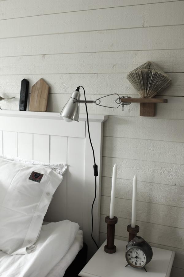 renoverat sovrum i vitt och trärent. Liggande vit panel på väggen med plank. Sänglampor från IKEA. Klämspot i sovrummet. Säng från SOVA. Huvudgavel i vit trä. Sovrum 2013. Sängkläder från eightmood.