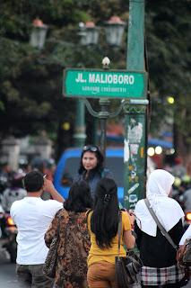 Berfoto ria di jalan malioboro