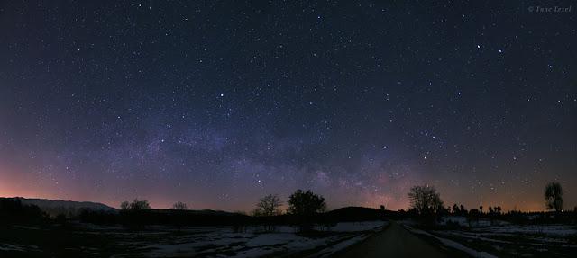 Dải Ngân Hà nằm thấp gần chân trời ở Keles, Thổ Nhĩ Kỳ. Tác giả : Tunc Tezel.