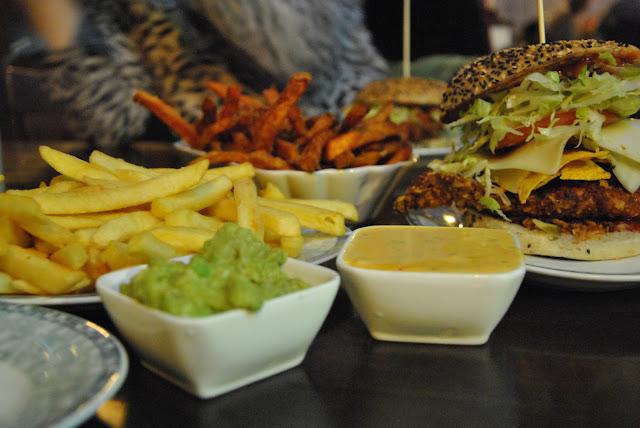 Burgeramt - Süßkartoffelpommes mit Guacamole und Chili-Cheese-Sauce