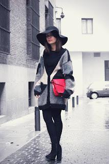 http://2.bp.blogspot.com/-kEbitHBNkt4/UJspMsrqEjI/AAAAAAAAGq8/GIeFICow_Zc/s1600/Red-bag-fashion-pills-dulcedia-outfit-street-style-3.jpg