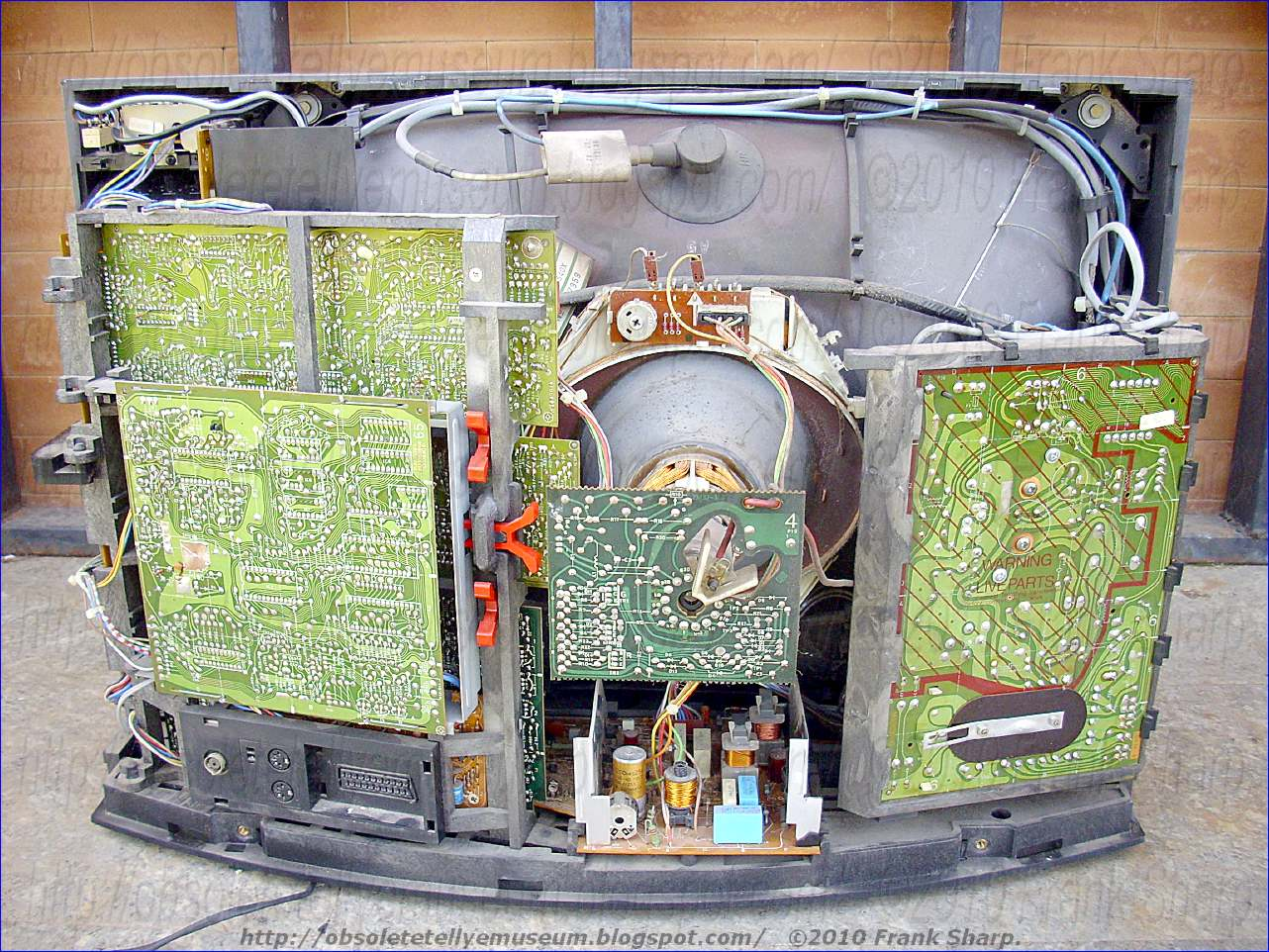 Obsolete Technology Tellye Bang Olufsen Beovision 7702 Chassis Series Circuit Wchaverri39s Blog A Resonant Capacitor Connected In Parallel With Said Switching Element And First