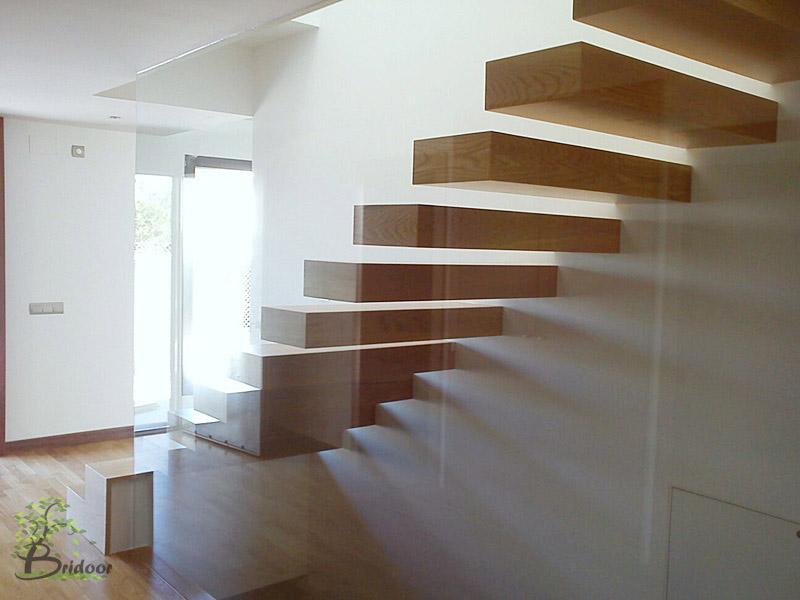 un juego de luces y sombras que varia segn la hora del da y ms pareciera una escultura en movimiento que una escalera