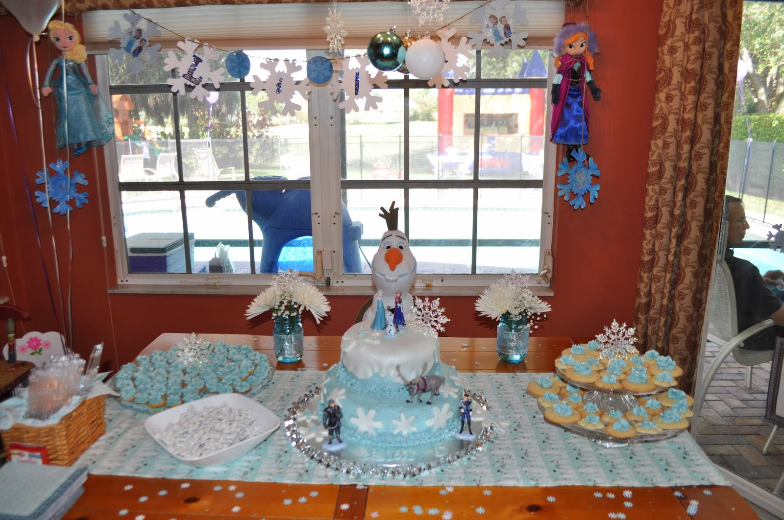 frozen birthday party decorations mommy in sports. Black Bedroom Furniture Sets. Home Design Ideas