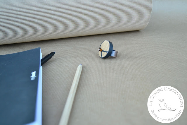 Gioielli in carta: Anello in cartone ondulato e base in rame