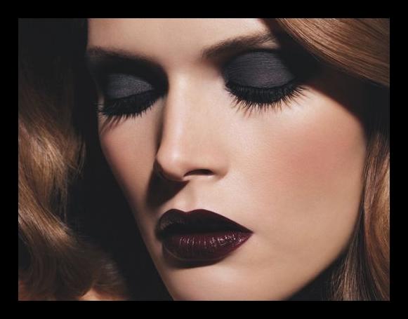 y por ultimo terminamos con un maquillaje en tonos muy crudos ojos negros mate ahumados labios marrones oscuro maquillaje de noche
