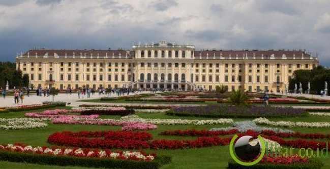 7. Istana Schönbrunn