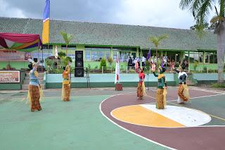 Selain upacara adat, bentuk sambutan yang ditampilkan juga tarian khas daerah sunda dari siswi SMP Negeri 1 Karangtengah .