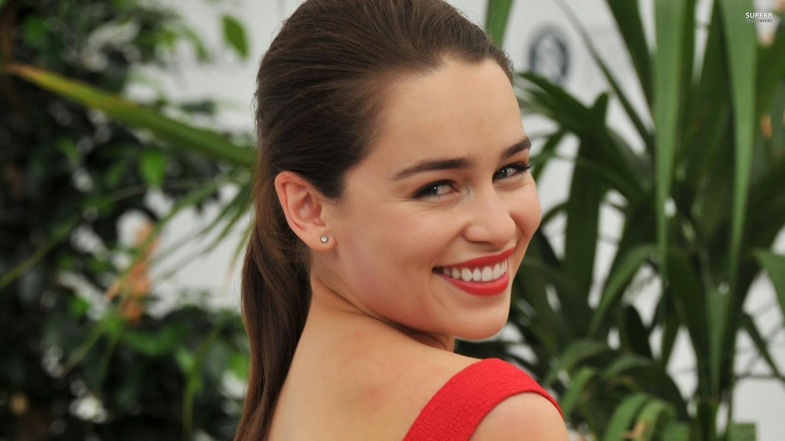 Hollywood actress Emilia clarke smile wallpaper