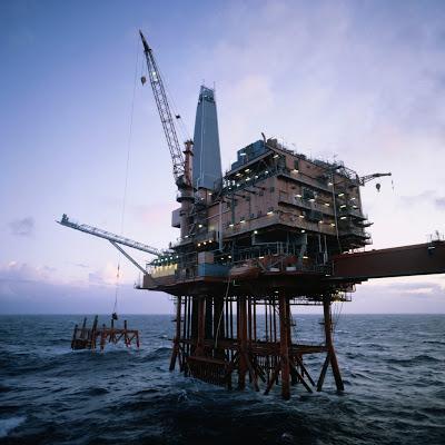 exploração de petróleo em plataforma petrolífera offshore