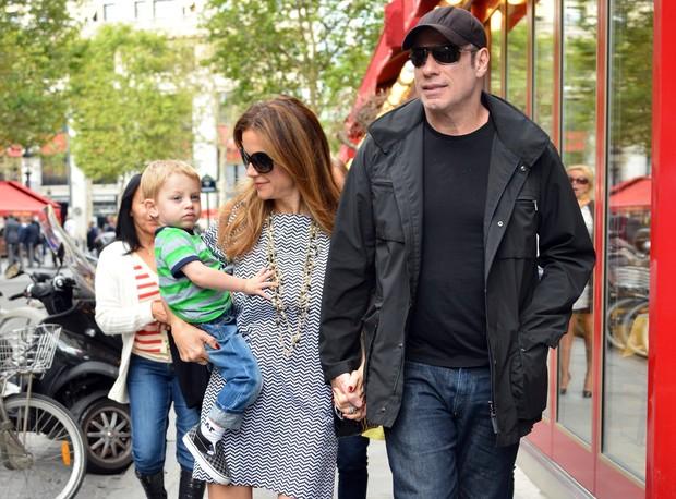 John Travolta com a mulher, Kelly Preston, e o filho Benjamin em Paris (Foto: Grosby Group)