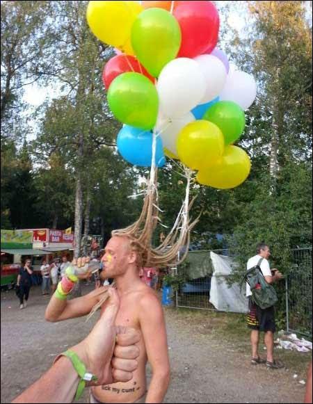 رجل يجعل شعرة شجرة بلالين