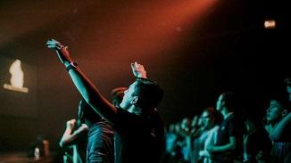 Guvernatorul Californiei interzice creștinilor să cânte în biserici