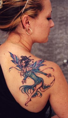 Mulher com tatuagem de fada proximo ao ombro
