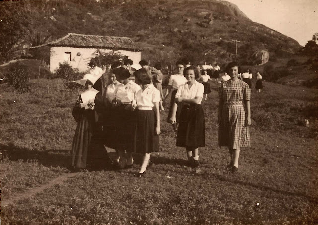Estudantes em pesquisa, Estrada do Contorno, Vitória, ES, anos 40.