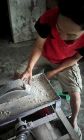 Demi Batu Akik, Lelaki Ini Rela Tutup Kiosnya Di Pasar