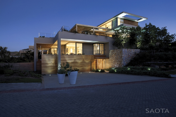 Beautiful Plett 6541+2 Home by SAOTA from the street