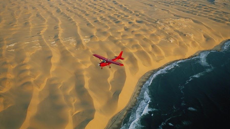 إلتقاء رمال الصحراء مع مياة البحر في ناميبيا