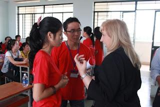 Tình nguyện viên dự án đang trao đổi với học viên. Ảnh: CLEP