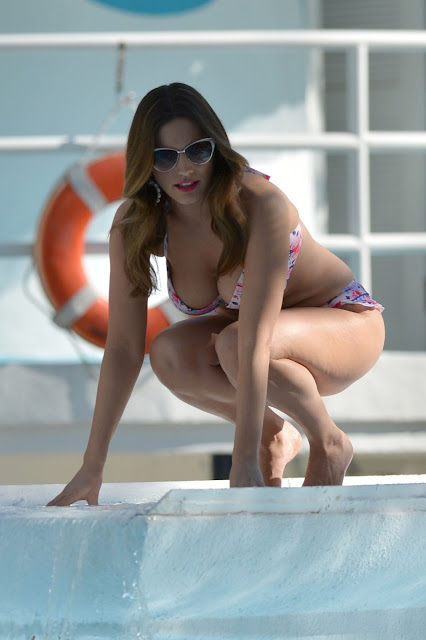 "Kelly Brook – ""New Look"" Bikini Photoshoot Candids in Miami"