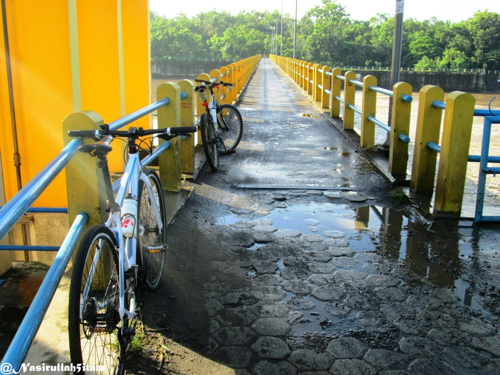 Jembatan penyeberangan di Bendungan Sapon
