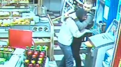ladron llorando abrazado del encargado de la tienda en alemania