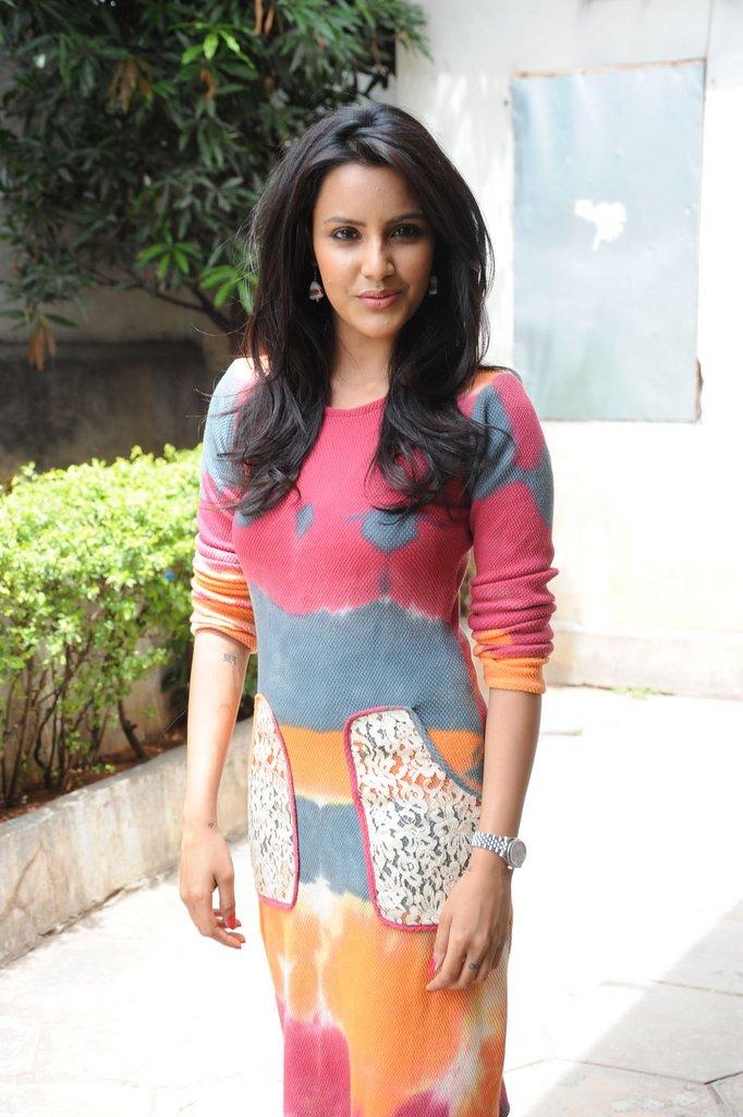 http://2.bp.blogspot.com/-kLRzM2kLxV8/TgNfPtzKGEI/AAAAAAAAbAY/qNjygfcNVdk/s1600/Priya-Anand-Wallpaper-3.jpg
