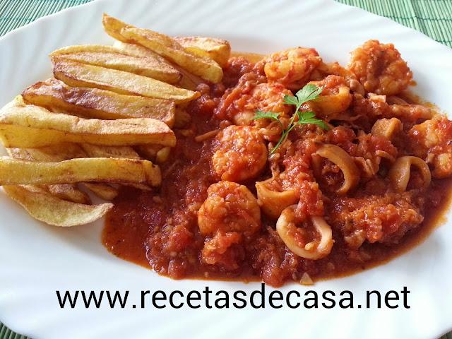Calamares con gambones en salsa tomate