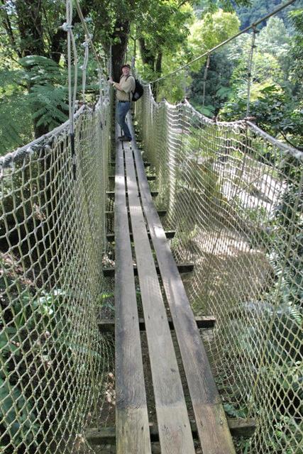 Paco en los puentes colgantes del Jardín de Balata