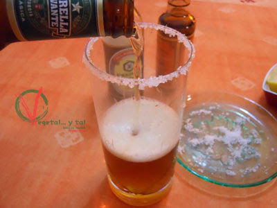 Verter la cerveza bien fría.