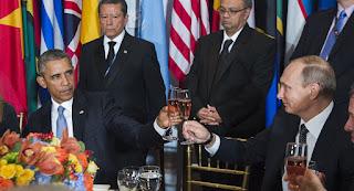 Μεγάλες Ιστορικές Στιγμές… Στα Πόδια του Ηγέτη Πούτιν ο Ομπάμα !