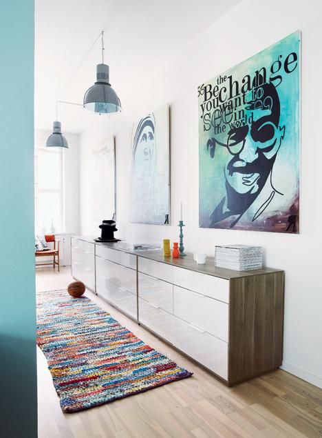 IKEA, hjemmemalet malerier og grove lamper skaber et personligt hjem