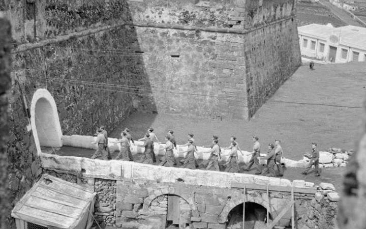 Aviadores da RAF em marcha  sobre a ponte do Forte de São Sebastião
