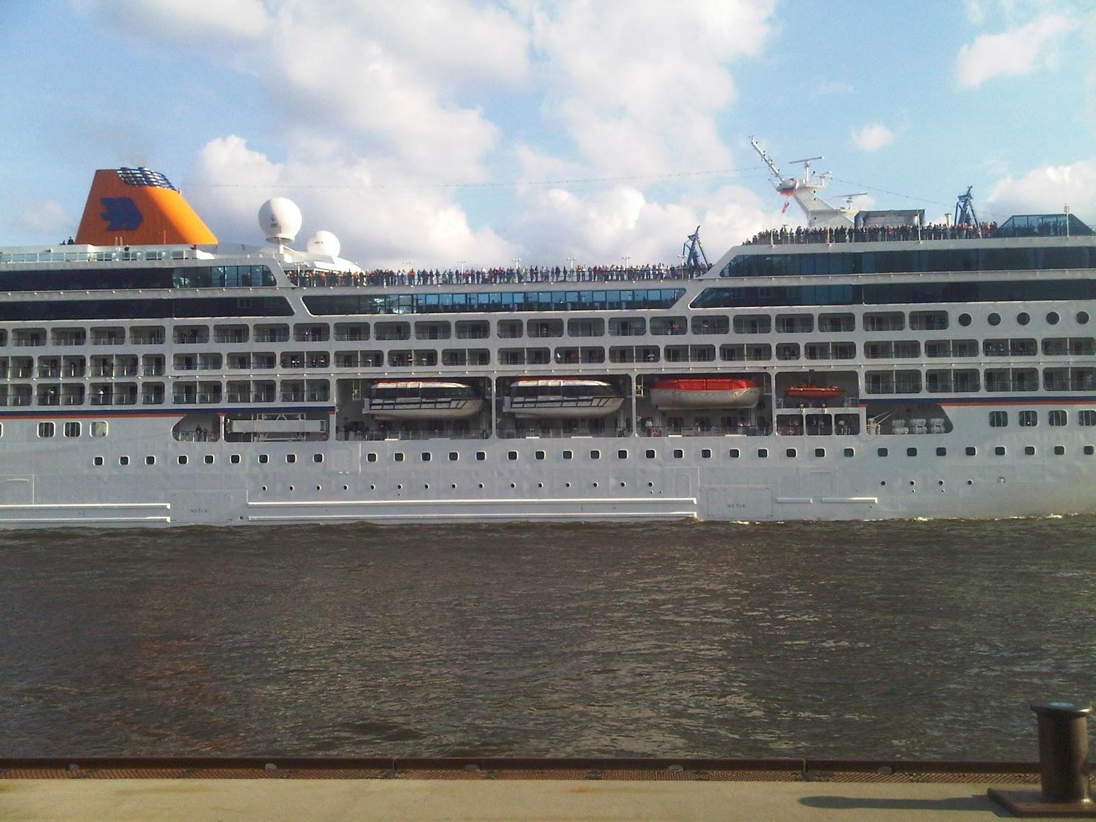 Columbus 2 verlässt den Hamburger Hafen.