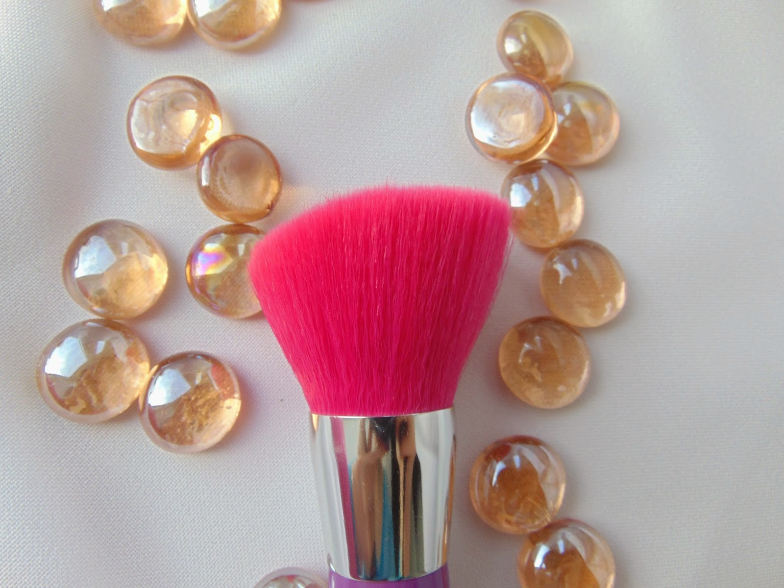 Essence - Like an unforfettable Kiss Blush Brush - www.annitschkasblog.de