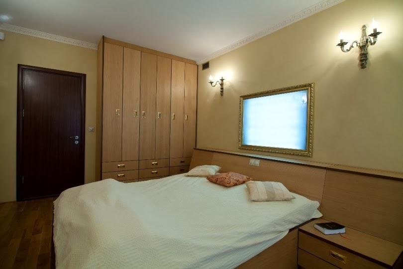 Спалня с нощна лампа в рамка на картина