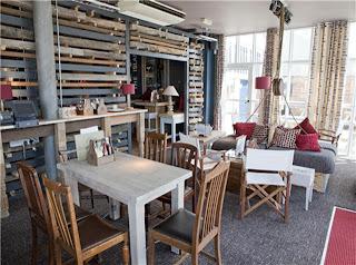 Restaurante usa paletes de madeira reciclado como divisor de ambientes [fotos]
