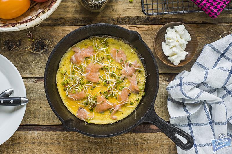 Omlet z łososiem i kiełkami
