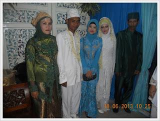 berphoto bersama keluarga
