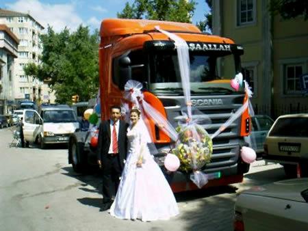 Chiếc xe tải to đùng dẫn đầu đoàn xe đón dâu.