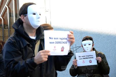 personas portando un cartel