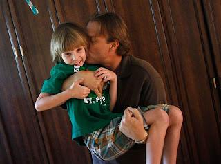 O pai de Jack o segura no colo e o beija. Foto de Joshua Lott, Agência Reuters.