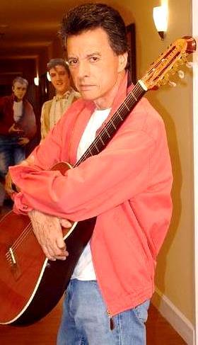 Palito Ortega aferrado a su guitarra
