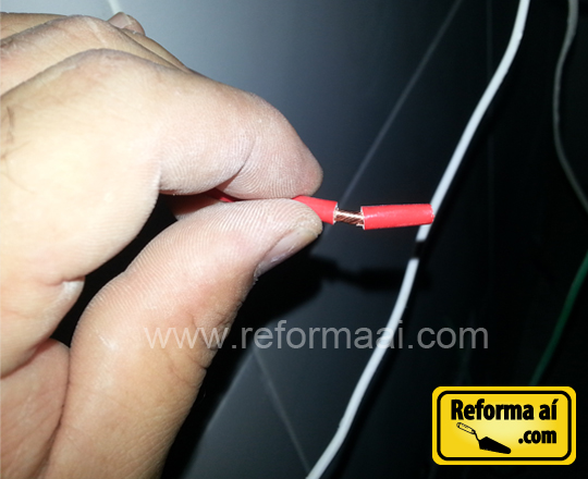 Desencapando o fio para fazer o terminal