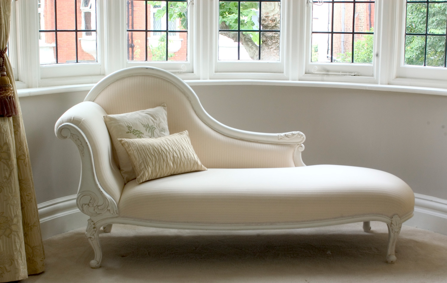Elegance of living chaise longue sofa designs for Chaise de style